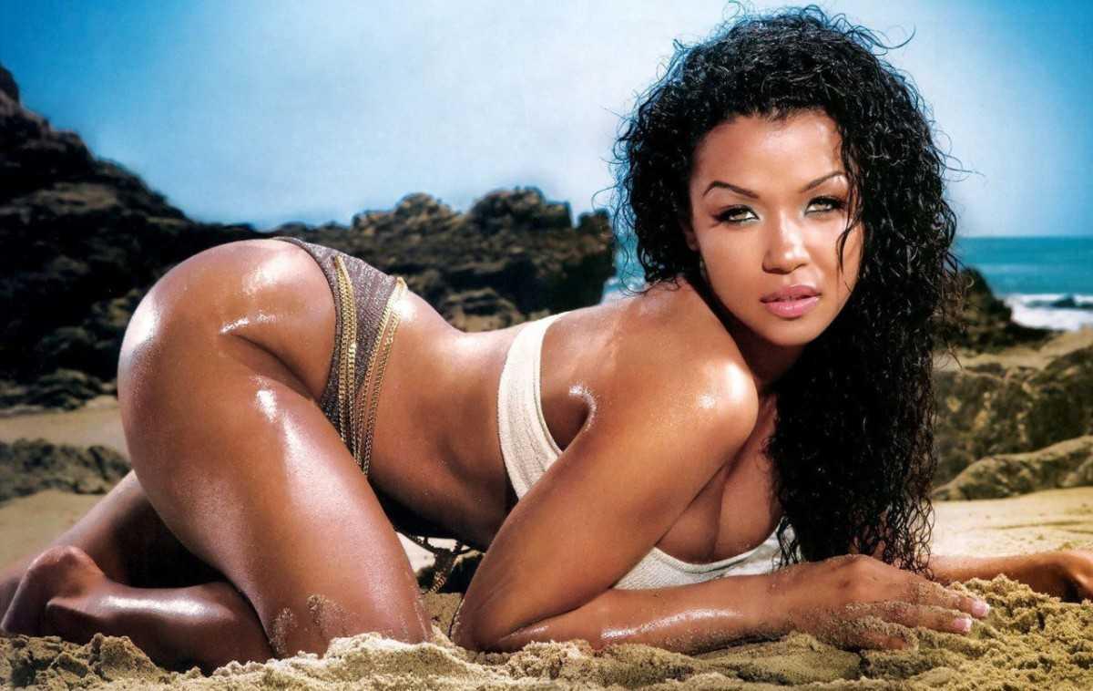 Very hot mulatto girl on the beach