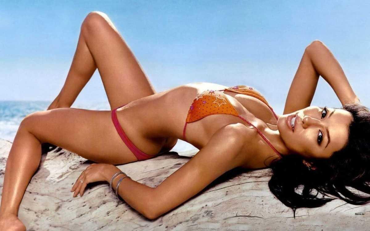 The graceful figure of a girl in a bikini