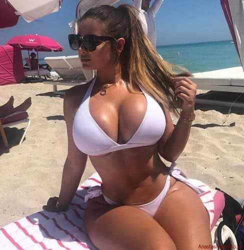 Hot babe with big tits in a bikini