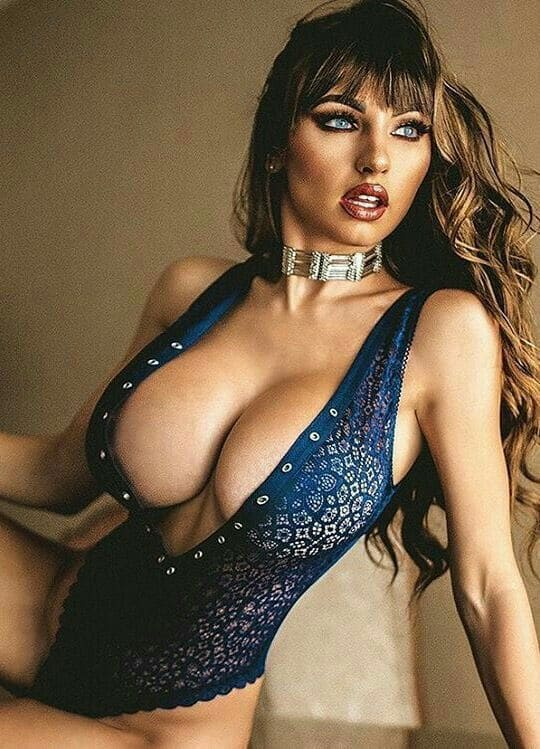Sexy woman with big boobs pics